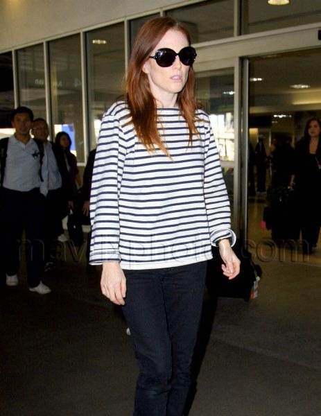 10_24_2009_julianne_moore_lax_01.jpg