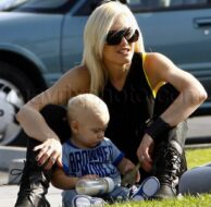 11_08_2009_Gwen_Stefani_Mommy_Park_1.jpg