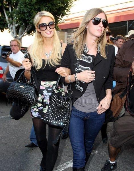 11_07_2009_Paris_Hilton_Nicky_Hilton_Shop_1.jpg