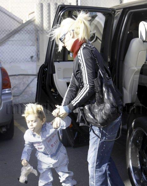 11_28_2009_Gwen Stefani Handles a Tantrum_1.jpg