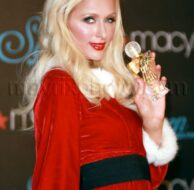 12_04_2009_Paris Hilton Mrs Claus at Macys_1.jpg