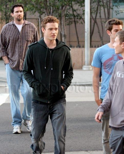 12_04_2009_Justin Timberlake Social Network Stroll_1.jpg