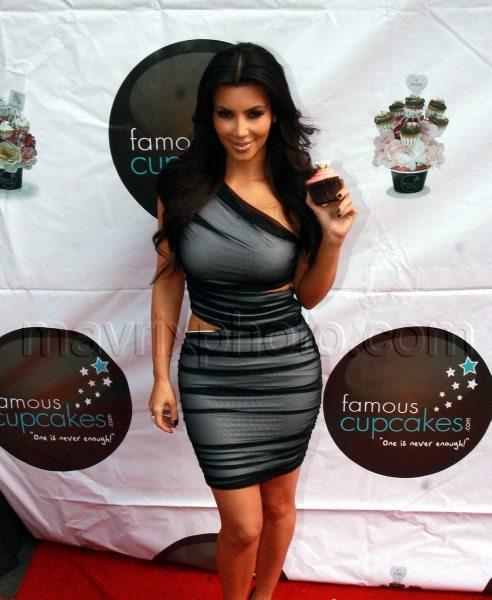 02_19_2010_Kim Kardashian Cupcakes_1.jpg