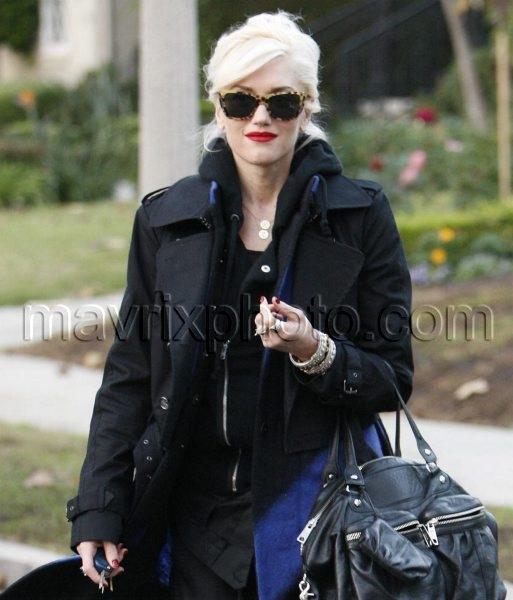 11_8_10_Gwen Stefani Visits Parents_104